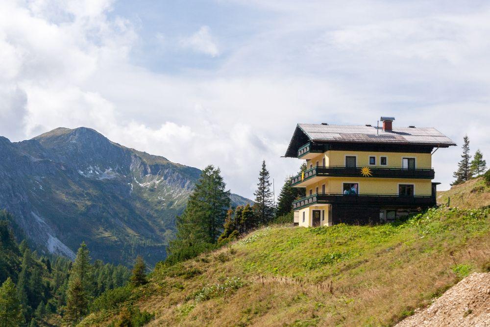 傾斜地に建てられた住宅