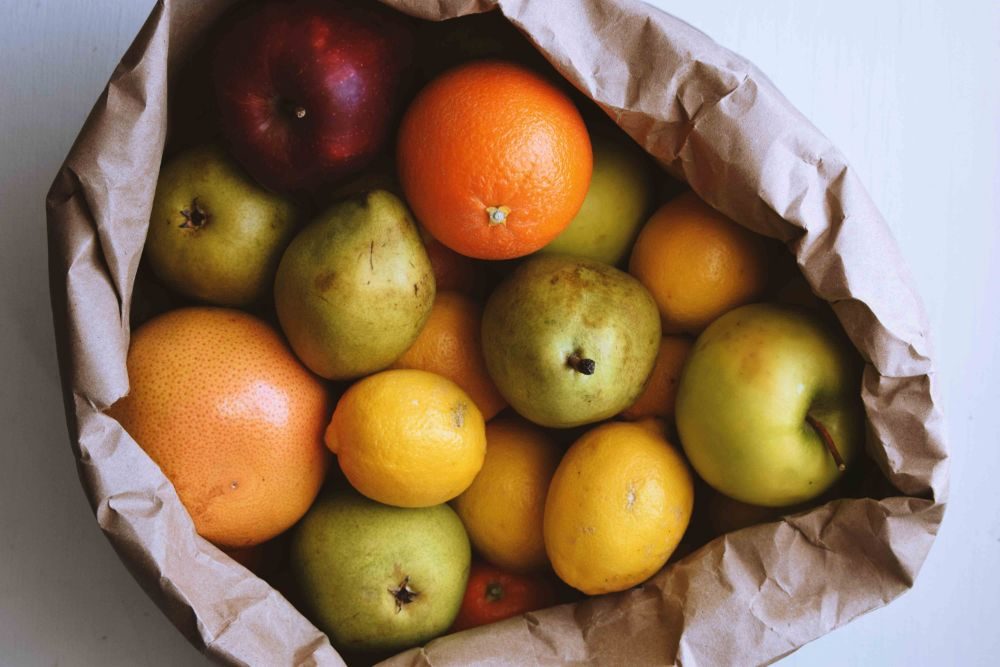 紙袋に入った果物