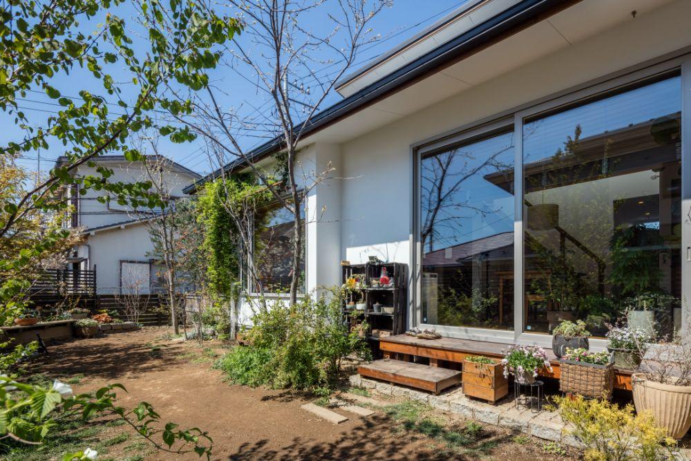 庭に出るためにステップが設置されている家