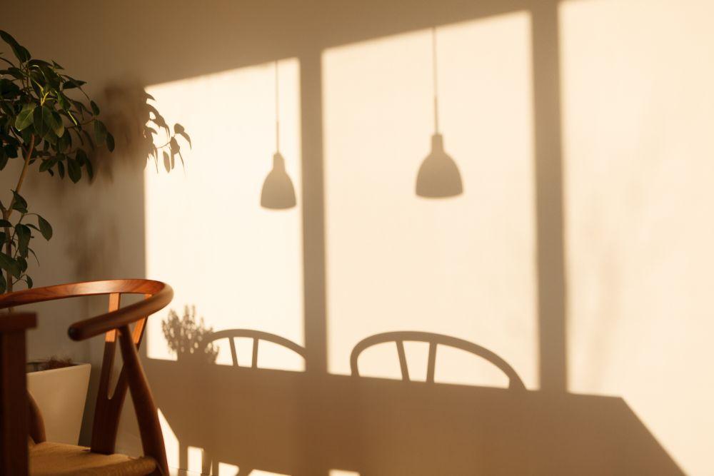家具や照明の影