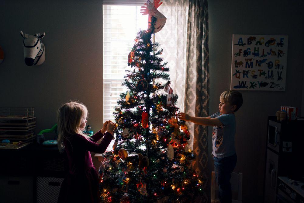 ツリーに飾り付けをする子供たち