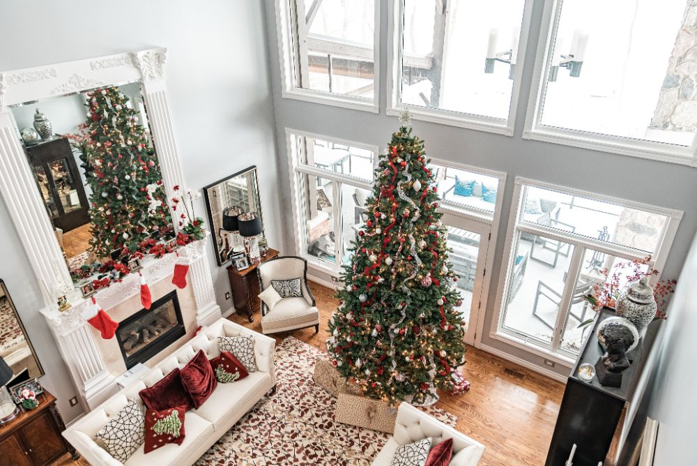 大きなクリスマスツリーのある家