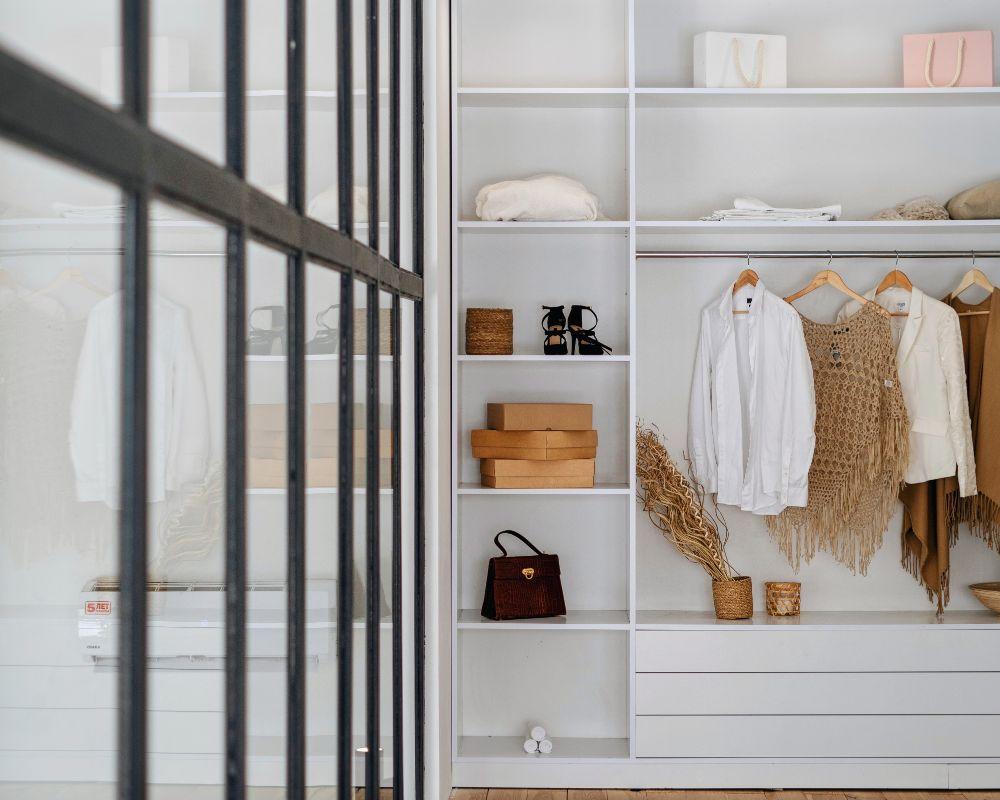 壁面収納に収納された洋服やカバンなど