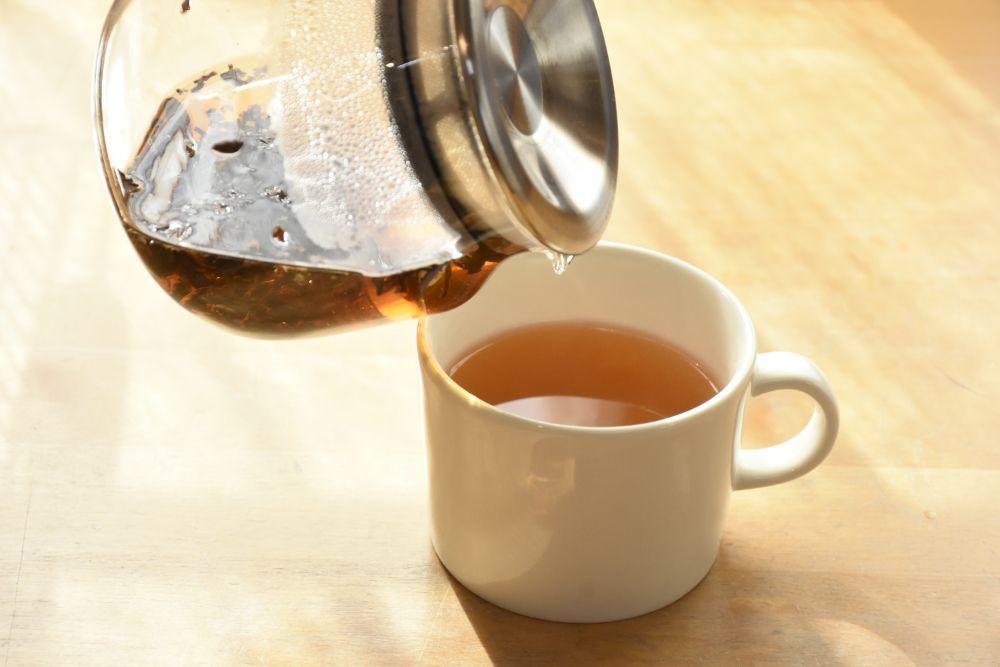 ティーポットで紅茶を入れている様子