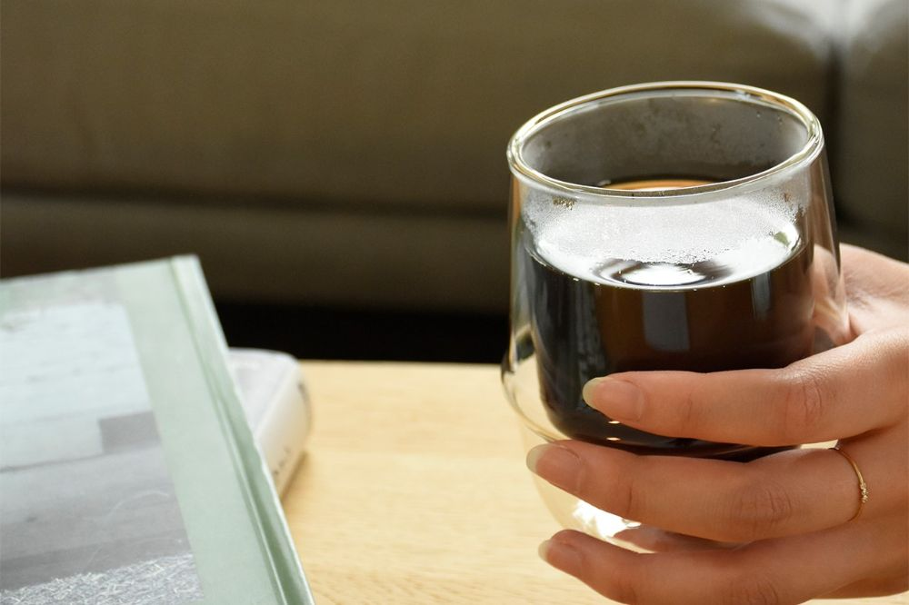 コーヒーの入ったカップを持っている様子