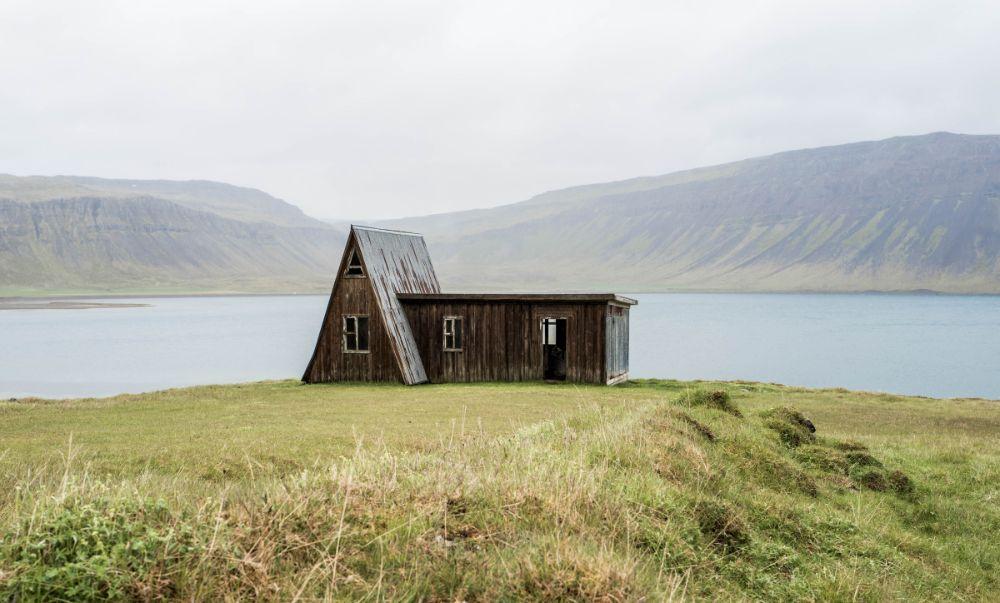 湖沿いの建物