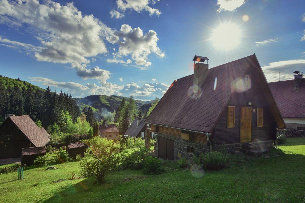 山に囲まれた家