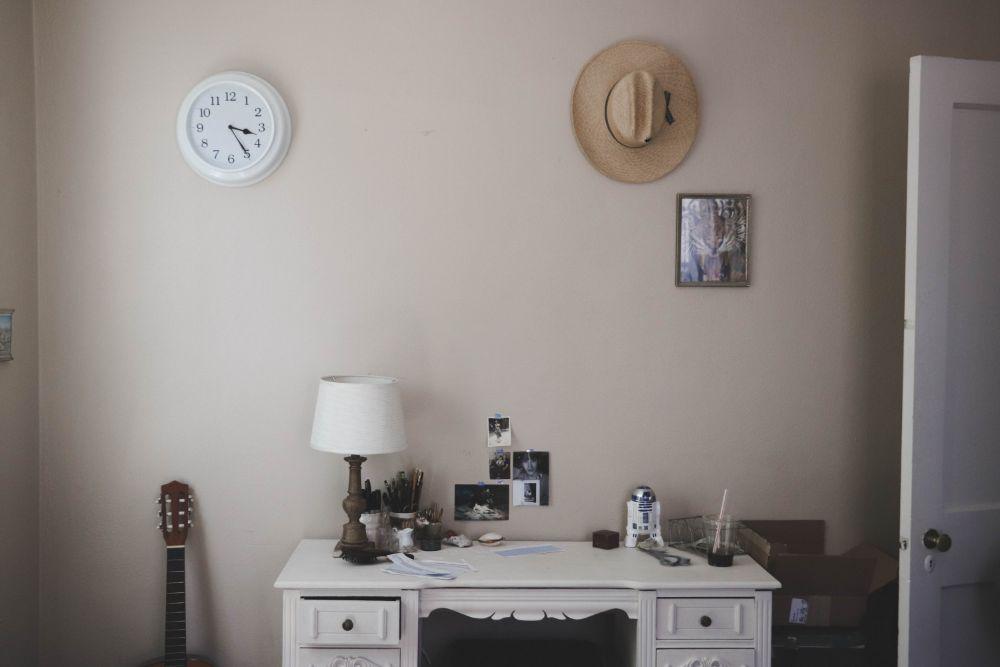 デスク前の壁に貼られた写真