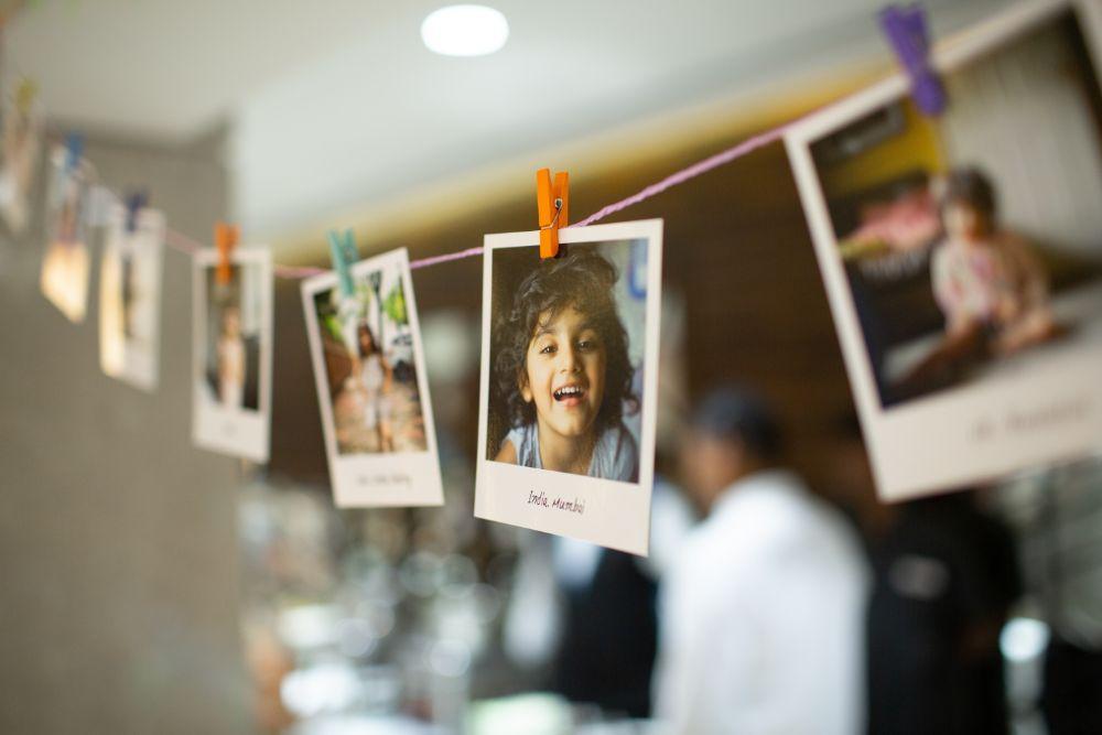 ヒモとウッドピンチで飾られた写真