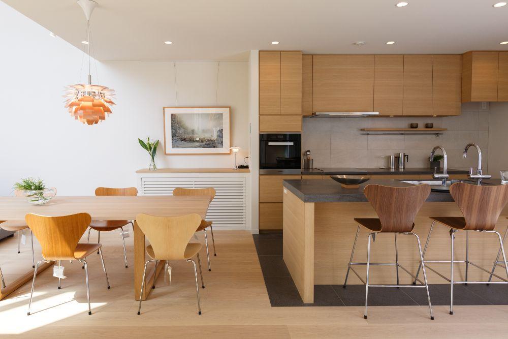 キッチンダイニング空間に飾られた写真