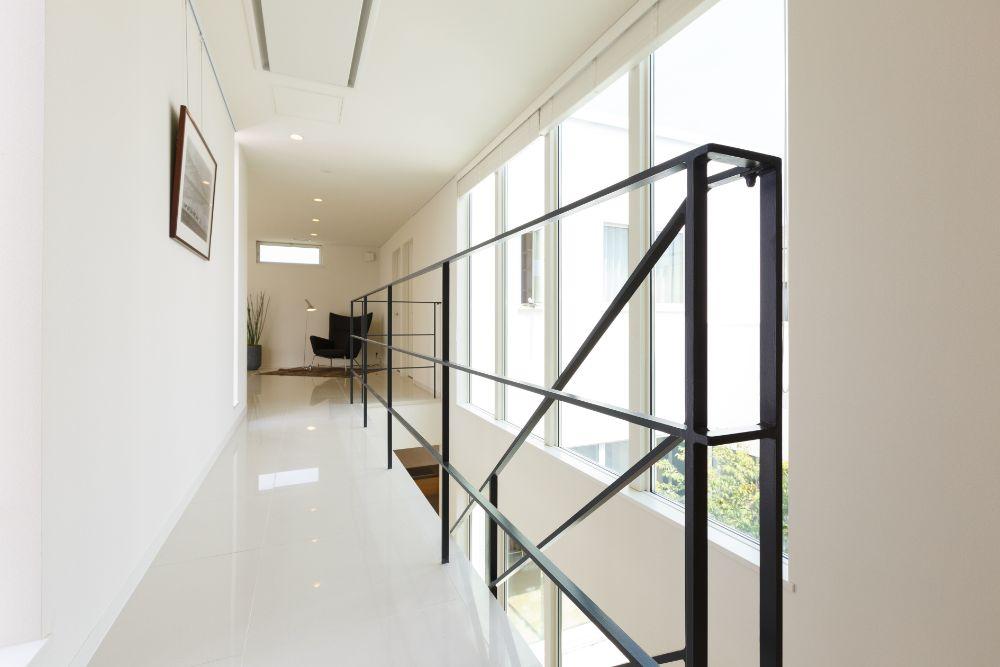 ガラス張りの家の廊下