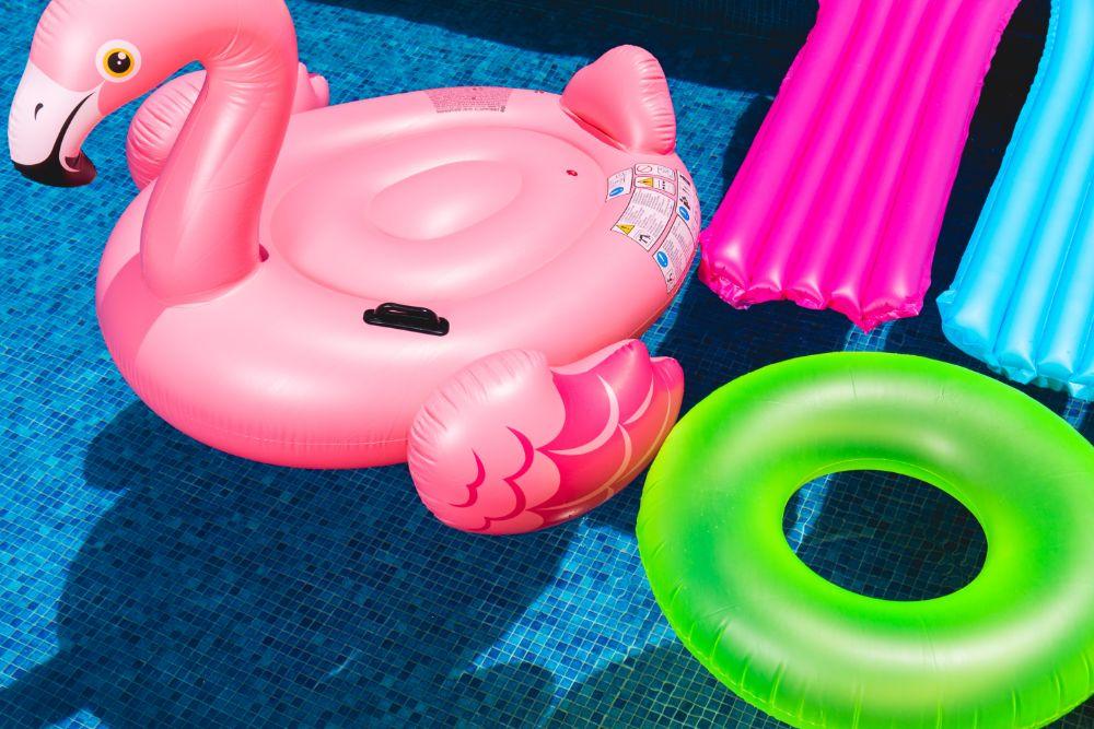 プールに浮かぶ浮き輪たち