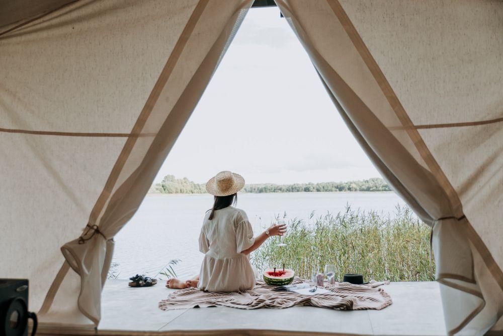 湖沿いでピクニック
