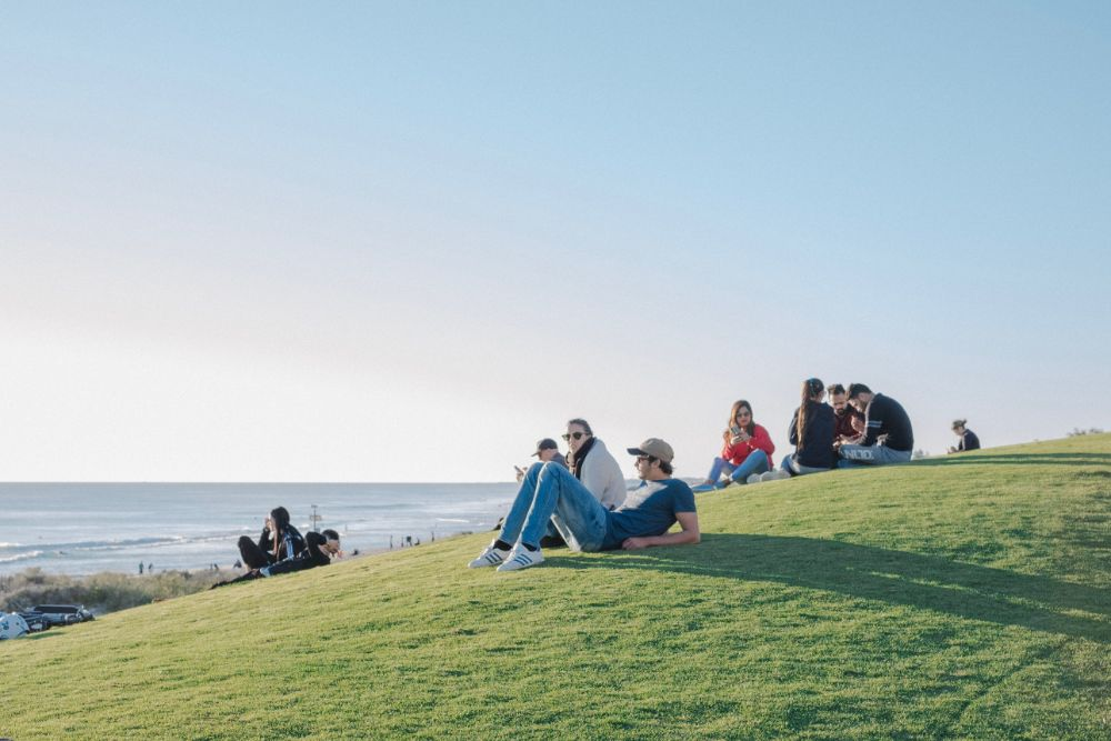 丘の上で座る人々