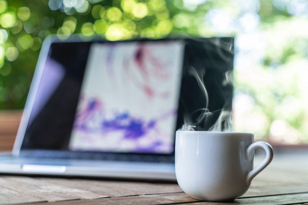 コーヒーを飲みながらパソコンを見てる様子