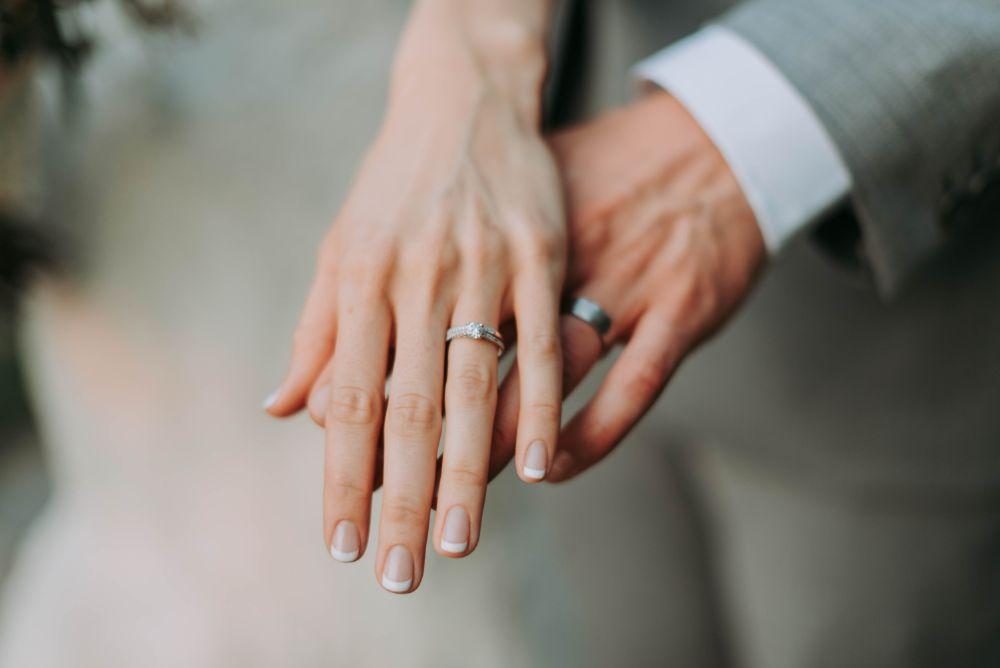結婚指輪をはめた手