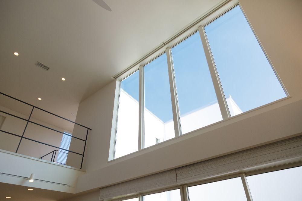 高い位置に設置されたFIX窓