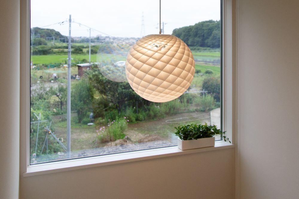 大きな照明がつられた窓