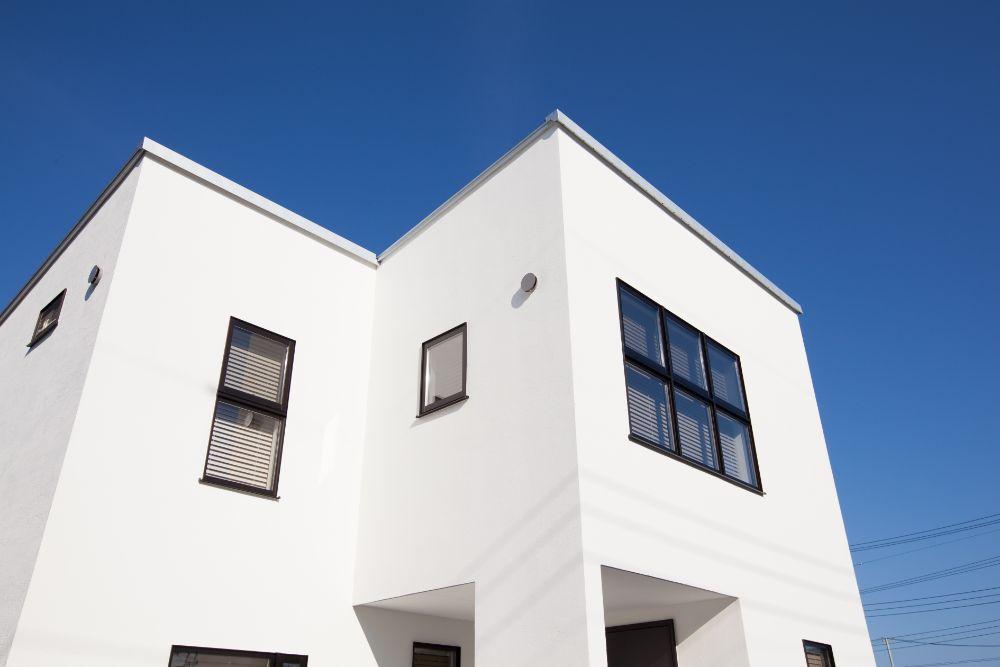真っ白な外壁の家