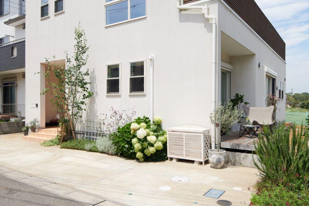 植栽のグリーンがきれいな家