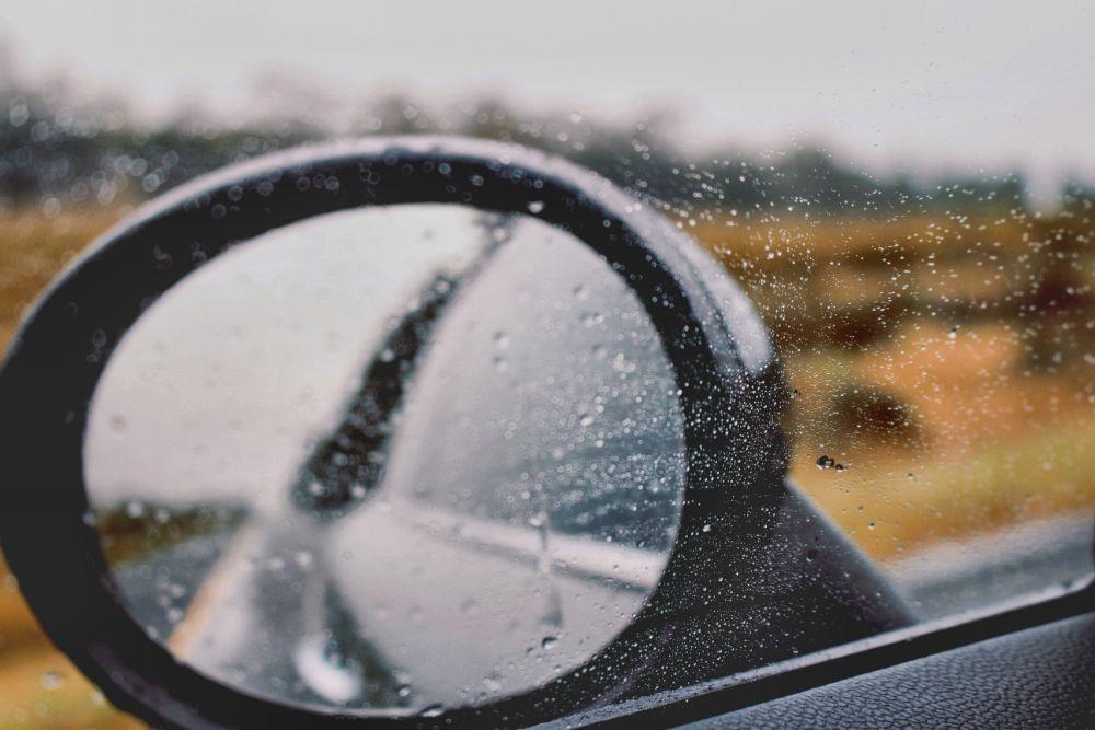 車の窓についた水滴