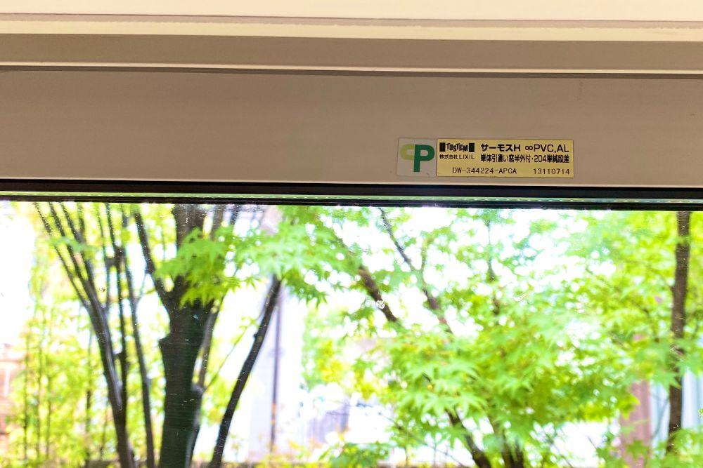 CPマークのついた窓