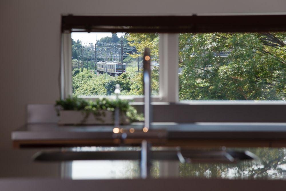キッチンの窓から見える電車